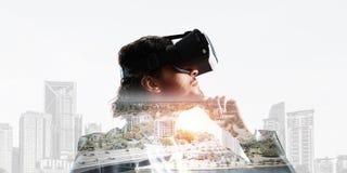 Hombre de negocios hermoso en los rayos de la salida del sol que experimentan realidad virtual impresionante imagenes de archivo