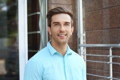 Hombre de negocios hermoso joven al aire libre fotografía de archivo