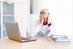 Hombre de negocios hermoso joven Has Headache imagen de archivo libre de regalías