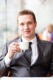 Café de consumición del hombre de negocios hermoso joven Fotos de archivo