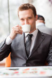 Café de consumición del hombre de negocios hermoso joven Fotografía de archivo libre de regalías