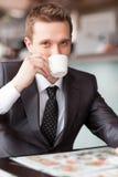 Café de consumición del hombre de negocios hermoso joven Fotografía de archivo