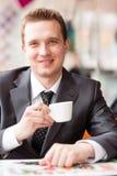 Café de consumición del hombre de negocios hermoso joven Foto de archivo libre de regalías