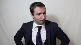 Hombre de negocios hermoso joven que suspira y que sacude su cabeza en la frustraci?n metrajes