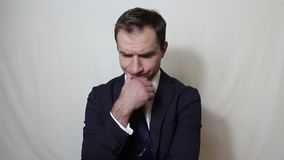 Hombre de negocios hermoso joven que suspira y que sacude su cabeza en la frustraci?n almacen de video