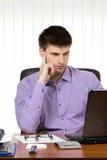 Hombre de negocios hermoso joven que trabaja en el ordenador portátil Imágenes de archivo libres de regalías