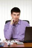 Hombre de negocios hermoso joven que trabaja en su escritorio Fotos de archivo