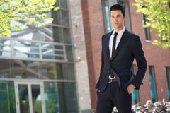 Hombre de negocios hermoso que camina para trabajar Foto de archivo libre de regalías