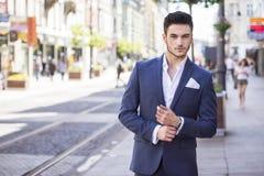 Hombre de negocios hermoso que camina a través de la ciudad Foto de archivo