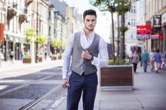 Hombre de negocios hermoso que camina a través de la ciudad Fotos de archivo
