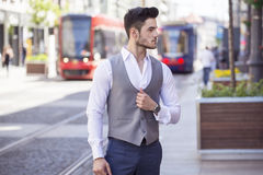 Hombre de negocios hermoso que camina a través de la ciudad Imágenes de archivo libres de regalías