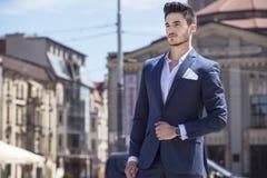 Hombre de negocios hermoso que camina a través de la ciudad Fotografía de archivo libre de regalías