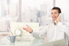 Hombre de negocios hermoso que charla en el teléfono Foto de archivo libre de regalías