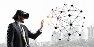 Hombre de negocios hermoso que experimenta concepto impresionante de la conexión de la realidad virtual imágenes de archivo libres de regalías