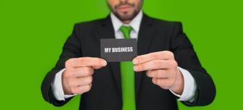 Hombre de negocios hermoso que muestra la tarjeta de visita en blanco Fotografía de archivo