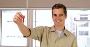 Hombre de negocios hermoso que muestra sus llaves metrajes