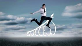 Hombre de negocios hermoso que salta delante de gráfico del éxito almacen de video
