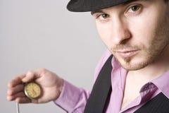 Hombre de negocios hermoso que sostiene un reloj Fotografía de archivo libre de regalías
