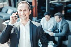 Hombre de negocios hermoso que tiene conversación agradable fotografía de archivo libre de regalías