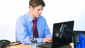 Hombre de negocios hermoso que trabaja en cantidad de la oficina almacen de video