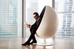 Hombre de negocios hermoso serio en las gafas de sol que parecen electrónicas Imagen de archivo libre de regalías