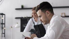 Hombre de negocios hermoso de trabajo Planning Finance en el teléfono en oficina moderna almacen de metraje de vídeo