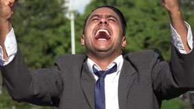Hombre de negocios hispánico acertado emocionado almacen de metraje de vídeo