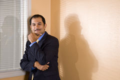 Hombre de negocios hispánico de mediana edad confidente Imagenes de archivo