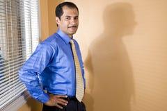 Hombre de negocios hispánico de mediana edad confidente Imagen de archivo