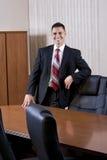 Hombre de negocios hispánico del mediados de-adulto feliz en la sala de reunión Foto de archivo libre de regalías