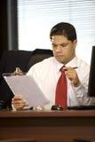 Hombre de negocios hispánico en la oficina Imagenes de archivo