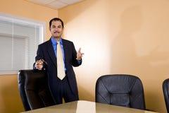 Hombre de negocios hispánico que hace una punta Foto de archivo
