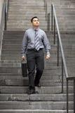Hombre de negocios hispánico - recorriendo abajo de escalera Fotos de archivo libres de regalías