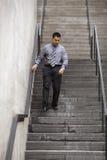 Hombre de negocios hispánico - recorriendo abajo de escalera Imagen de archivo