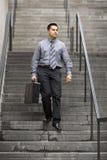 Hombre de negocios hispánico - recorriendo abajo de escalera Imagenes de archivo