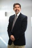 Hombre de negocios hispánico Smiling en oficina Imágenes de archivo libres de regalías