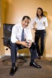 Hombre de negocios hispánico y ayudante joven femenino Fotografía de archivo