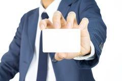 Hombre de negocios Hold Business Card aislado en el fondo blanco Imagen de archivo