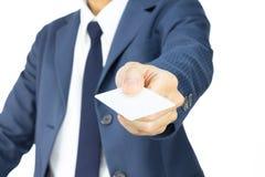 Hombre de negocios Hold Business Card en la opinión de 45 grados aislado en el fondo blanco Imagen de archivo