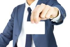 Hombre de negocios Hold Business Card por el finger dos aislado en el fondo blanco Foto de archivo libre de regalías