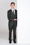 Hombre de negocios Holding Blank Placard foto de archivo libre de regalías