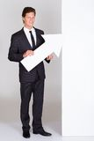 Hombre de negocios Holding Blank Placard imagen de archivo libre de regalías