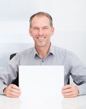Hombre de negocios Holding Blank Placard fotos de archivo libres de regalías
