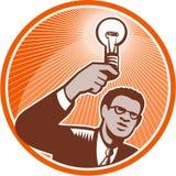Hombre de negocios Holding Lightbulb Woodcut stock de ilustración