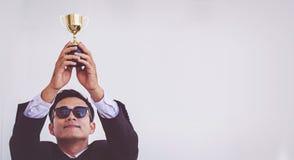 Hombre de negocios Holding un trofeo, éxito del concepto fotografía de archivo libre de regalías