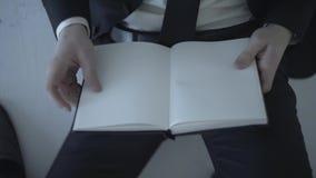 Hombre de negocios Holding una página en blanco almacen de video