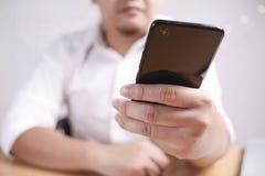 Hombre de negocios Holding y usar el teléfono elegante fotografía de archivo