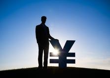 Hombre de negocios Holding Yen Currency Imagenes de archivo