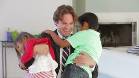 Hombre de negocios Home From Work saludado por los niños almacen de metraje de vídeo