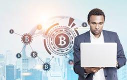 Hombre de negocios de HUD African American de la muestra de Bitcoin Imagen de archivo